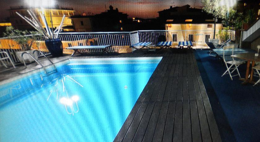 Hotel con Piscina e Solarium attrezzato