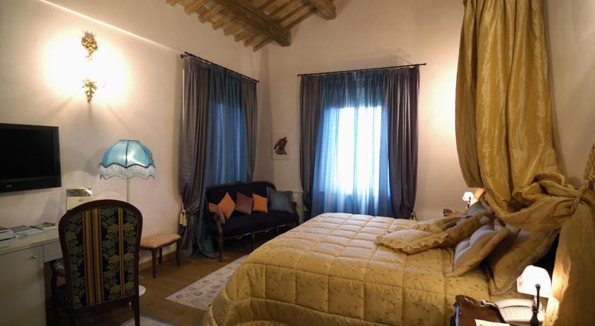 camera matrimoniale con scrittoio e divano interno