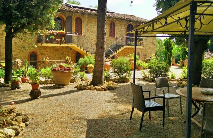 Casale immerso nella campagna Toscana con piscina