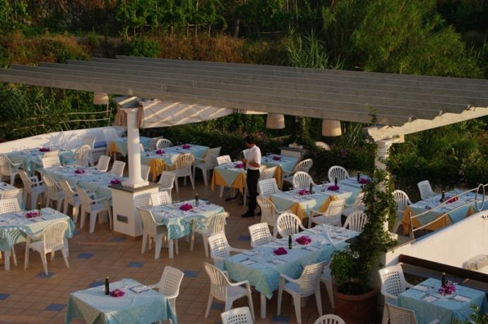 Romantica cena sul terrazzo panoramico a Ischia