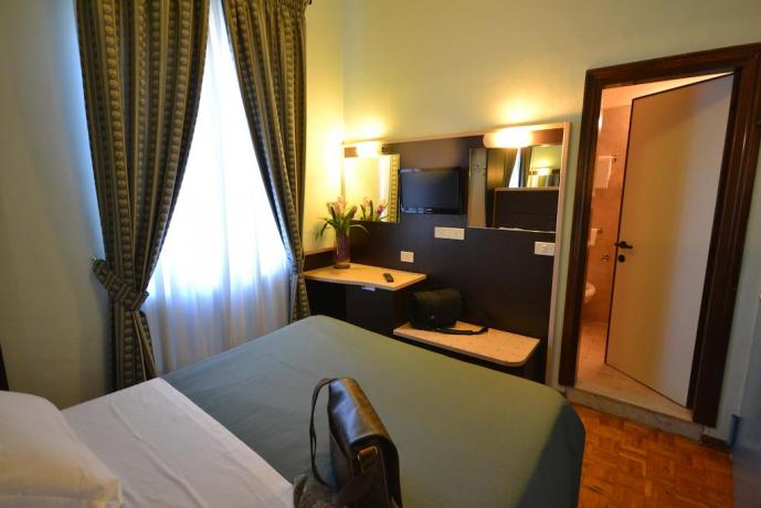Camera bagno privato scrivania wi-fi Assisi Umbria