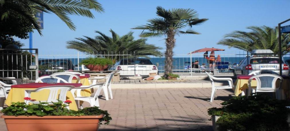 Hotel con portico davanti al mare a Campofilone