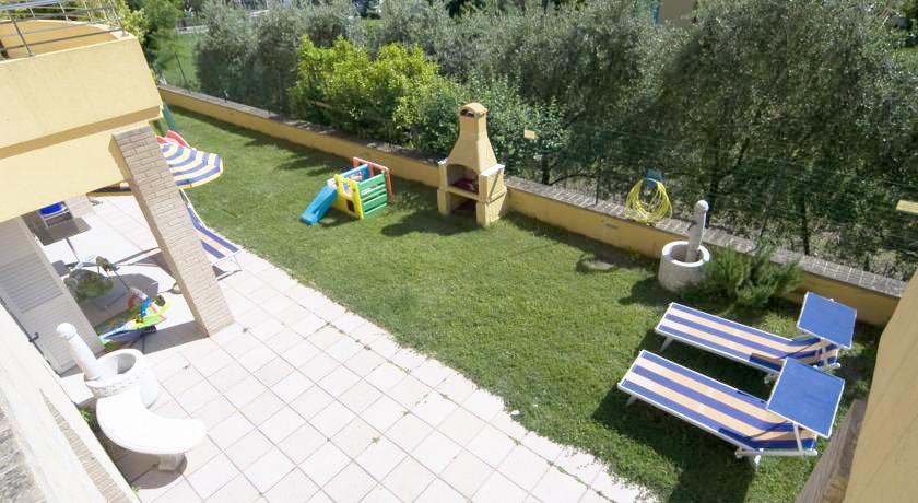 Giardino esterno Residence vicino Sirolo