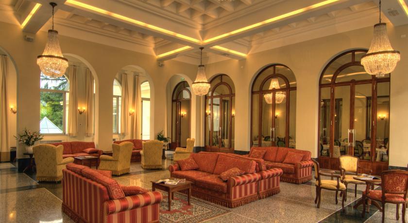 Hall dell'Hotel con sala lettura