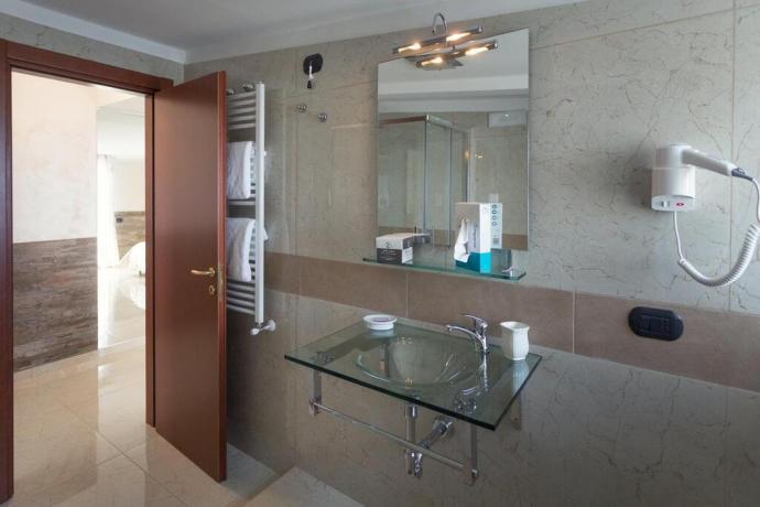 Bagno privato camera set cortesia asciugamani hotel4stelle Battipaglia