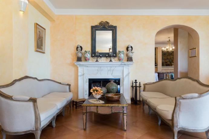 Salotto interno con Camino ideale-per-famiglie a Marina-di-Camerota