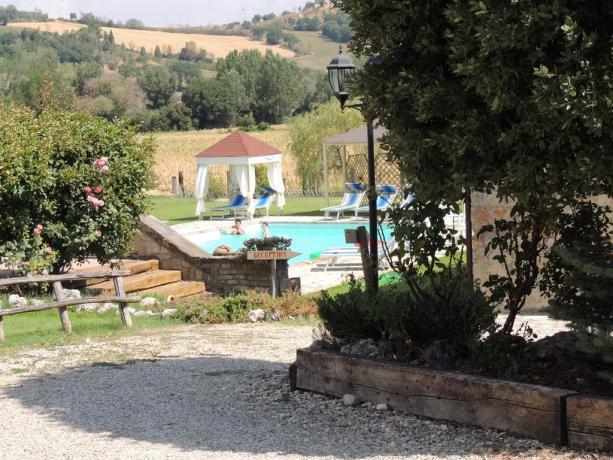 Agriturismo con piscina attrezzata immerso in natura
