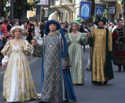 corteo storico con abiti d'epoca