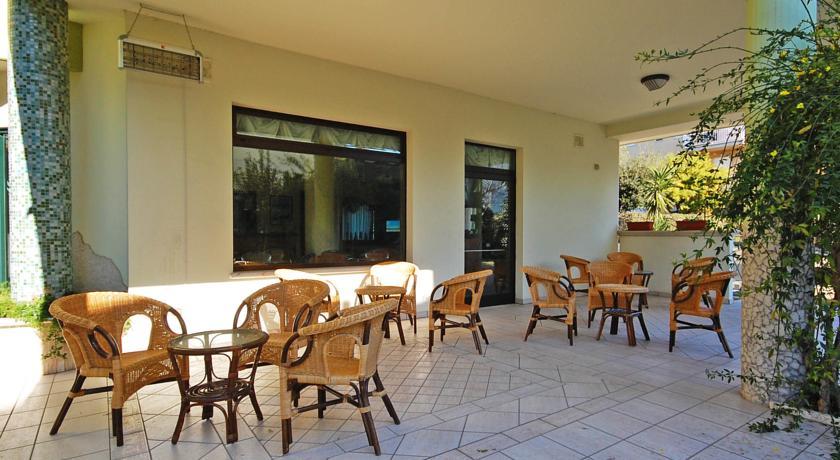Portico con tavoli e sedie