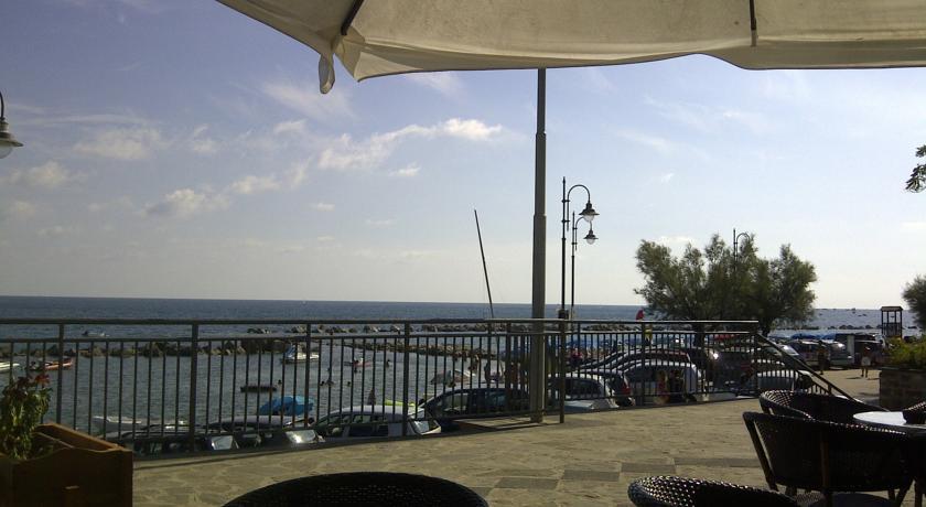Terrazza Vista Mare con Tavolo, Sedie Dondolo