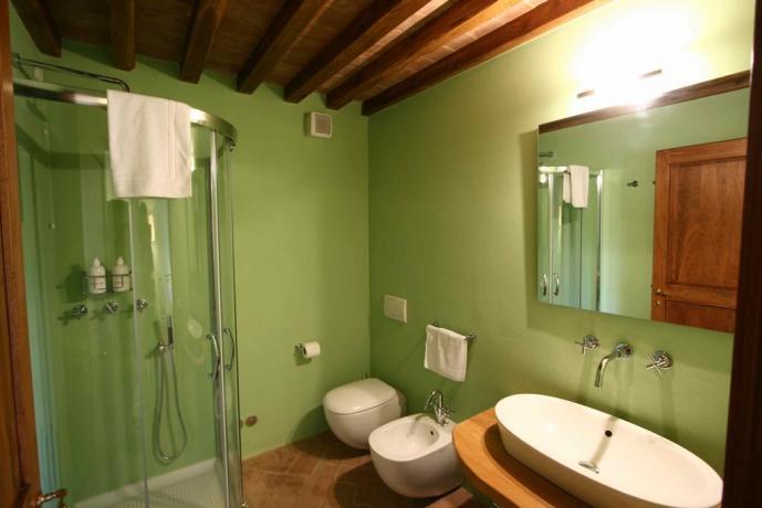 bagno privato con doccia con cromoterapia a certaldo