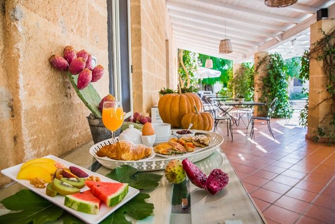 Ricca colazione nella Country House in Puglia
