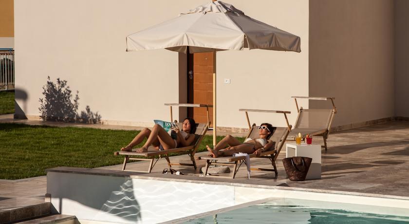 Solarium con ombrelloni sdraio per vacanza relax