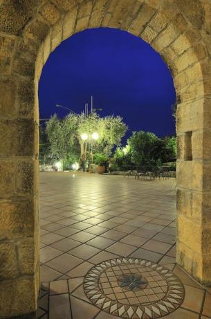 Arco e ingresso all'area esterna hotel in Puglia