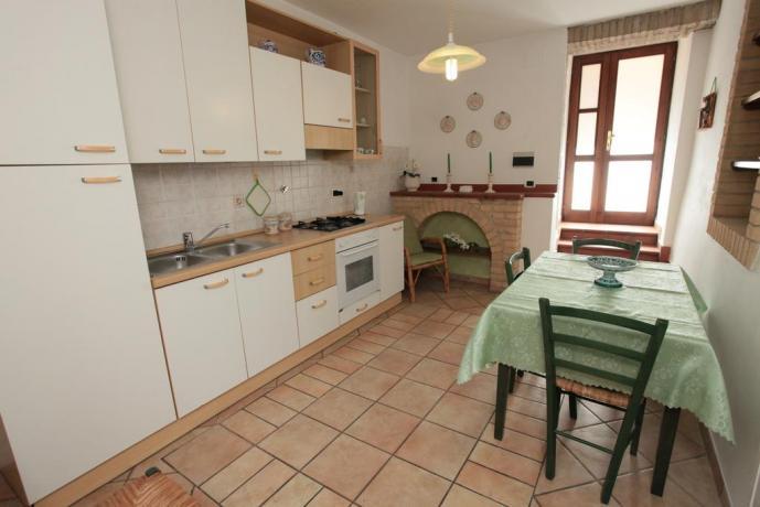 Camera con Tavolo, Camino e Angolo cucina
