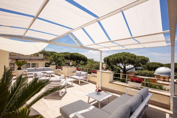 Solarium Piscina interna dell'albergo a Castel Gandolfo