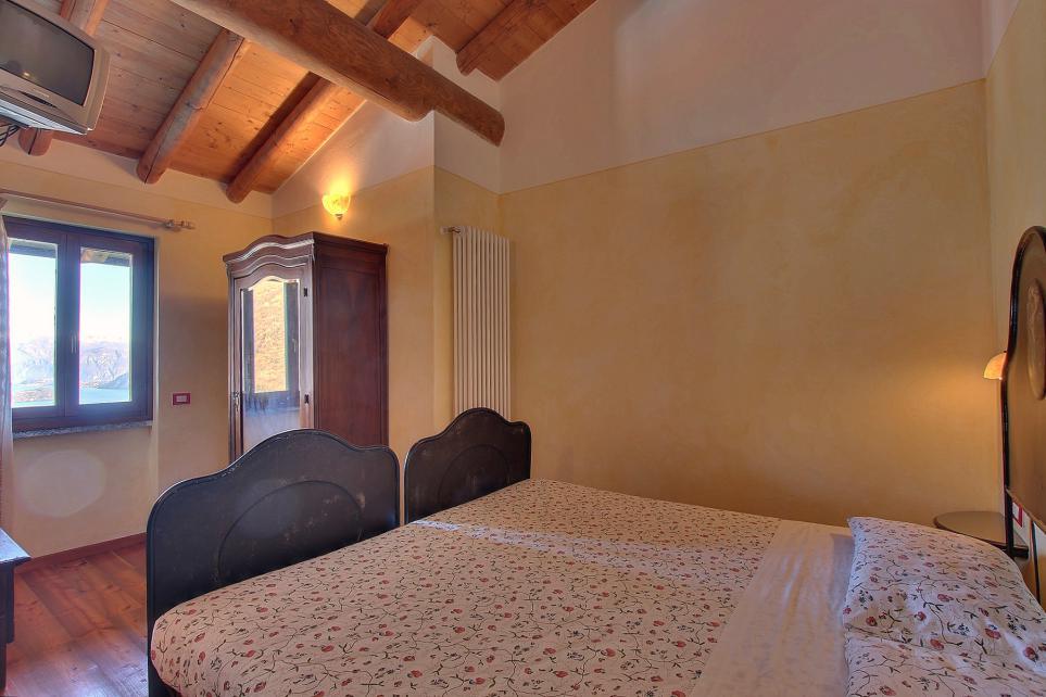Camera matrimoniale con travi sul Lago di como