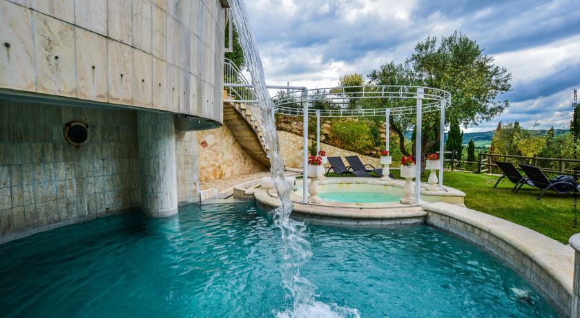 Cascatelle della piscina solfurea a Saturnia