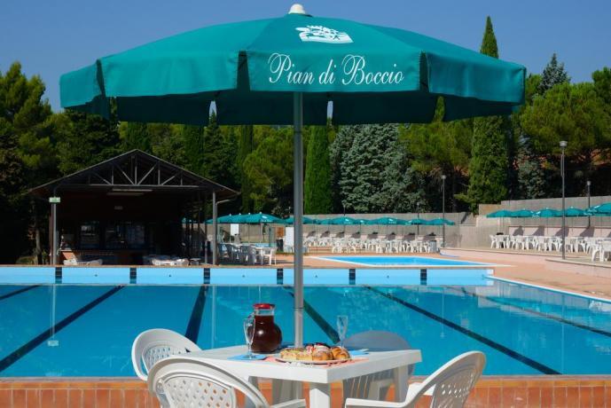 piscina grande ed attrezzata