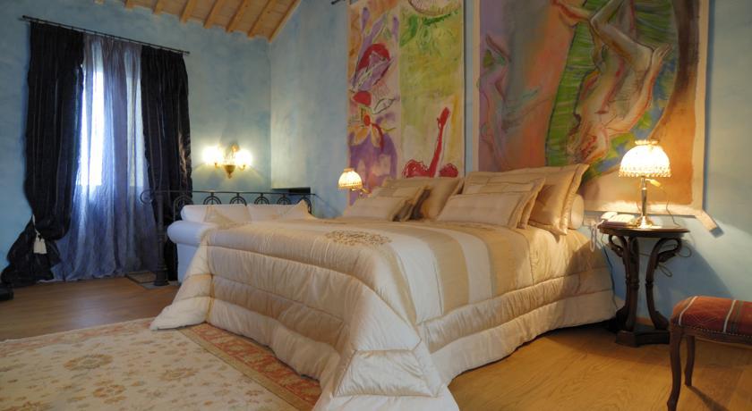 elegante camera doppia con spazio e quadro