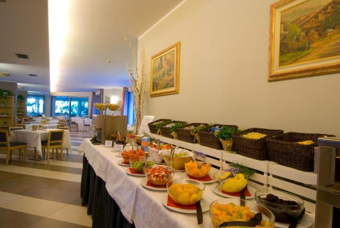 Hotel con ristorante interno fronte Lago di Garda