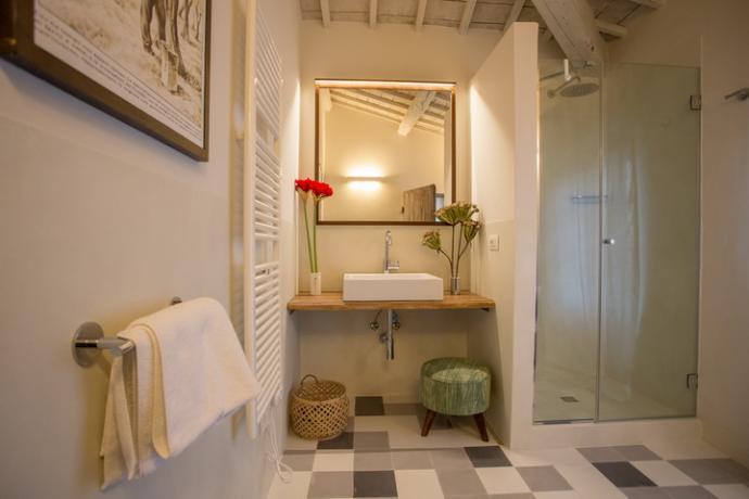 bagno privato con doccia idromassaggio della camera matrimoniale