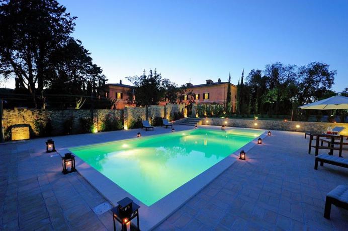 Affitto Villa Vacanza di Lusso a Perugia: 3 Suite e Piscina, grande parco, e saloni per feste