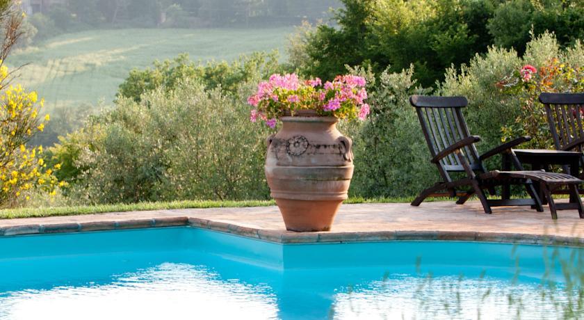 Relax in Piscina nella Campagna Umbra a Todi