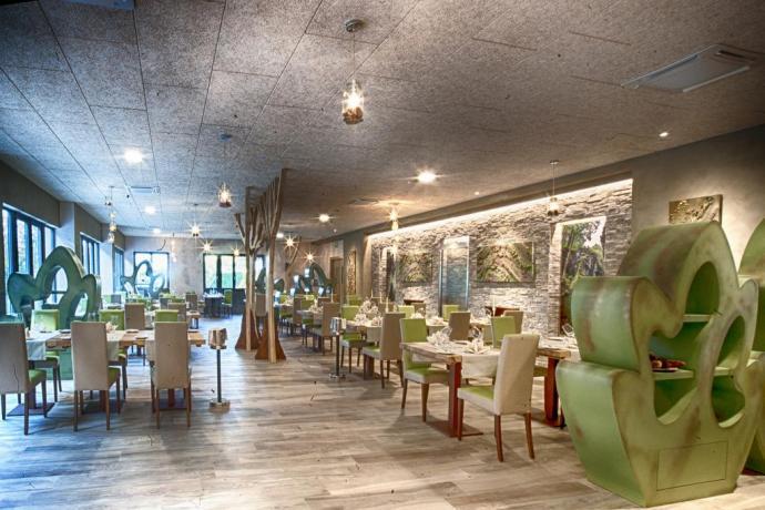 Enorme sala ristorante con cucina piatti tipici