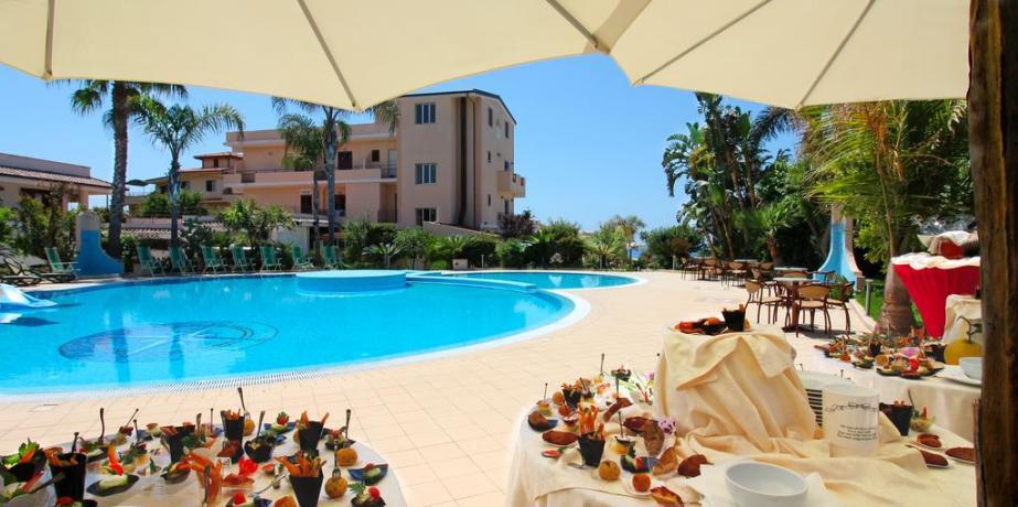 Ampia piscina in Hotel 3 stelle a Tropea