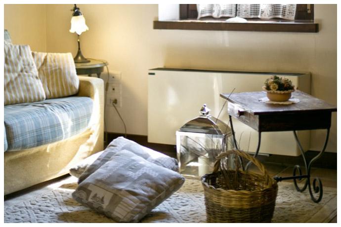 soggiorno con divano e cuscini