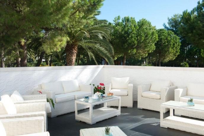 Area esterna con divanetti albergo in Puglia