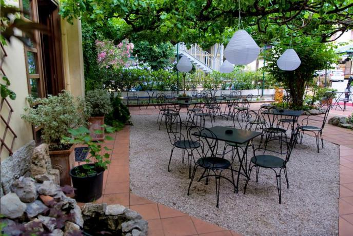 Hotel con giardino con tavoli a Fiuggi