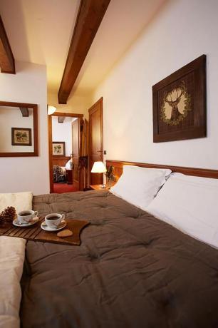 camera matrimoniale con antichi mobili, colazione in camera