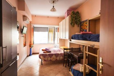 camera con letto matrimoniale, a castello a Roma