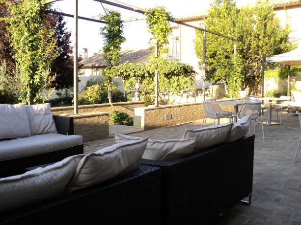 Portico Hotel con Divani e tavoli a Montefalco