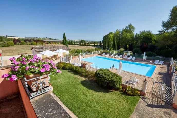 Piscina con lettini ombrelloni casale vicino Spoleto-Umbria