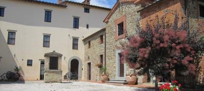 Casale in pietra con arredamento antico