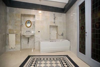 Bagno con vasca idromassaggio in suite liberty disattivata casali di charme in umbria - Vasca da bagno in camera ...