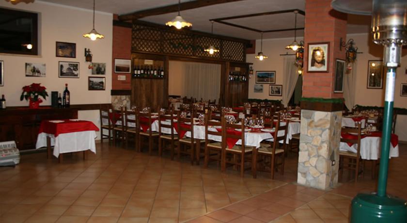 Ampia sala ristorante ideale per banchetti a Tortora