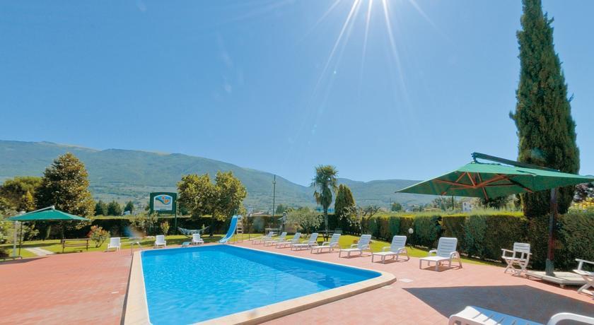 Parco con piscina e solarium Assisi