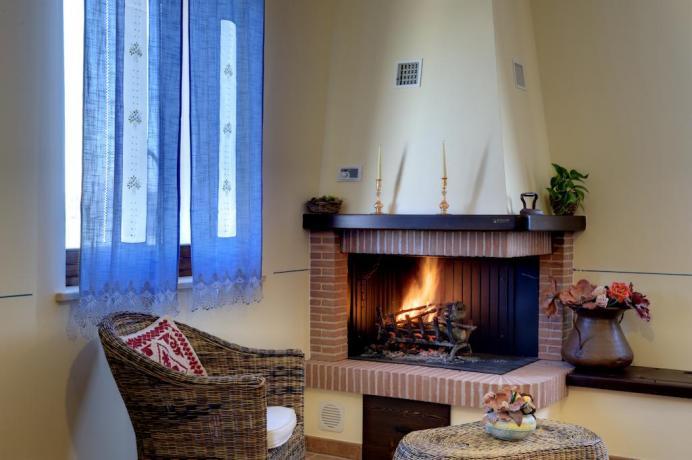Appartamenti Umbria con camino in salotto