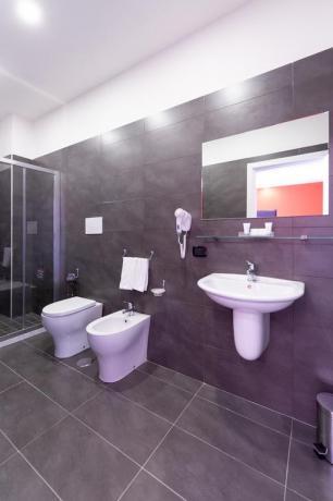 Camera con bagno privato e asciugamani hotel4stelle Casapulla