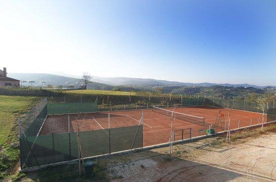 Agriturismo con campo da tennis