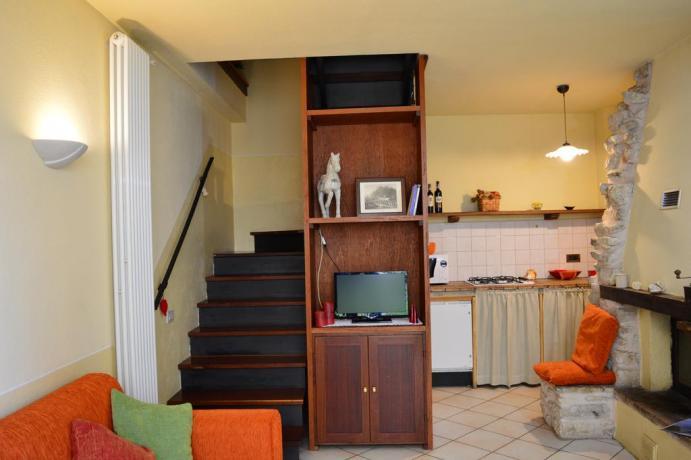 Salone cucina attrezzata e camino, casa vacanza Umbria