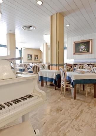 Ristorante per cena romantica con pianoforte