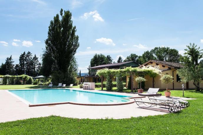 Resort Spa con piscina esterna immersa nel verde