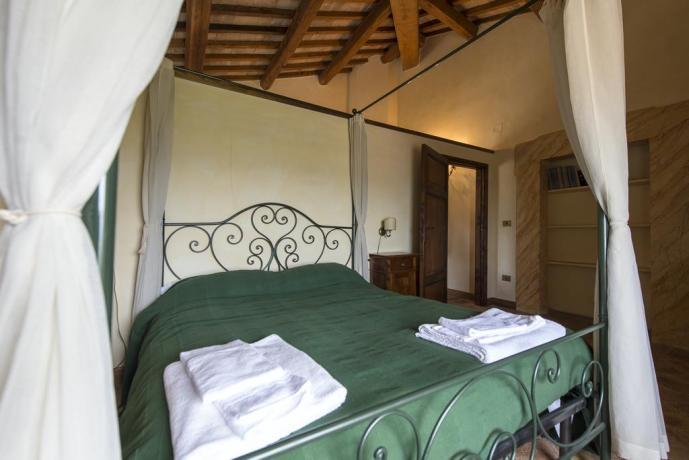 Camera letto baldacchino travi in legno