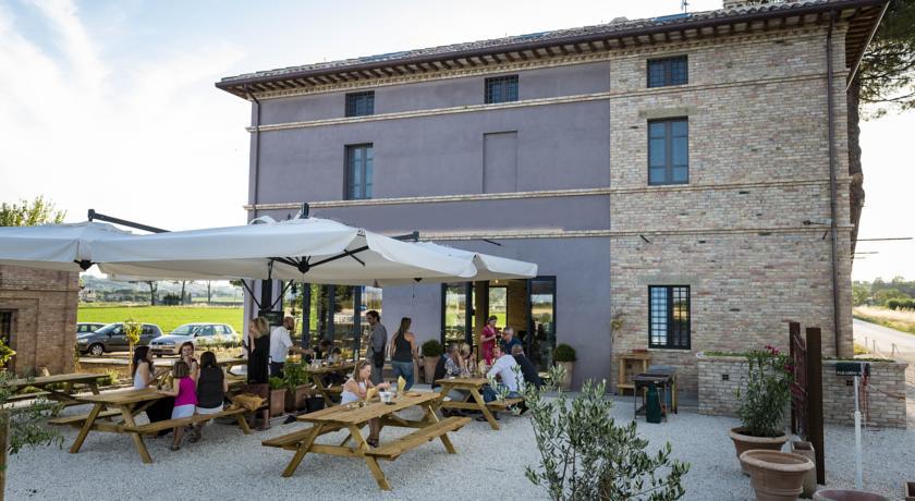 Casale vicino Perugia e Assisi con Ristorante