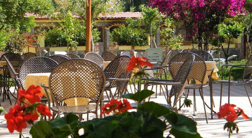 Villaggio a Palinuro, tavolo esterno con sedie